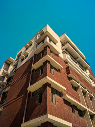 Free photo of Symmetric side view of tall multistory building