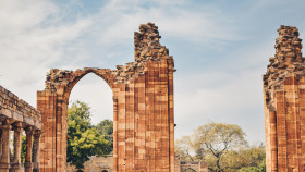 Free photo of Brown ruins of a structure under blue sky