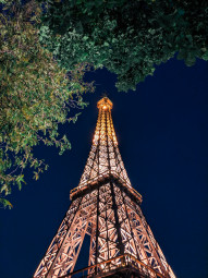 Free photo of Bottom view of Eiffel tower replica in delhi
