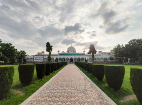 Free photo of Symmetric view of mosque in daylight