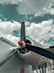 Free photo of Propeller of an abandoned aircraft