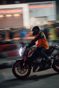 Free photo of Man riding a motorcycle with blurred background