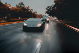 Free photo of Grey lamborghini huracan supercar speeding on road