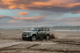 Free photo of Land Rover Defender Off-roading