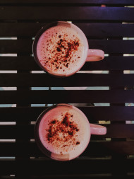 Free photo of Two cups of coffee on wooden table
