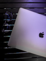 Free photo of Closeup of Apple Macbook Pro and Glasses on a wooden table