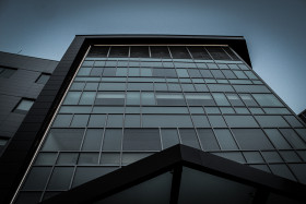 Free photo of Bottom view shof building with dark mood