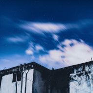 Free photo of Clouds in blue sky over concrete building