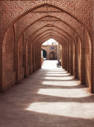 Free photo of Red bricks arch of largest historical caravanserai in iran
